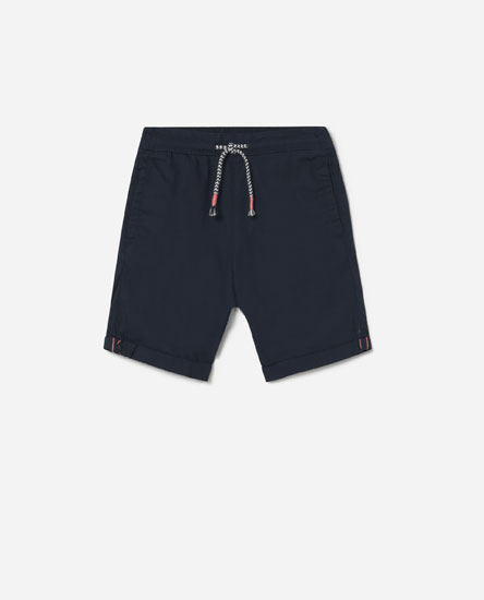 Bermuda shorts with rolled-up cuffs