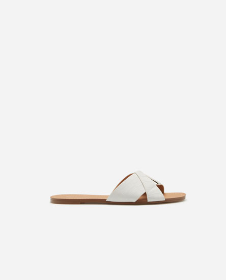 Crossover flat sandals.