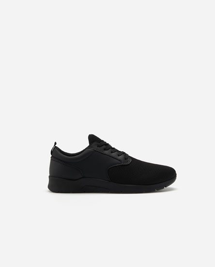 Total black sneakers