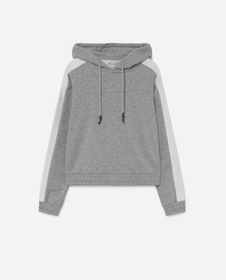 Sweatshirt com capuz e contraste