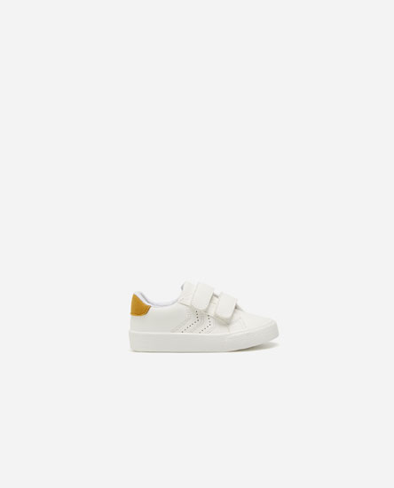 Basic plimsolls with mustard yellow heel tab