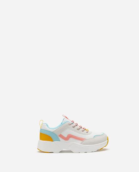 Разноцветные кроссовки на объемной подошве