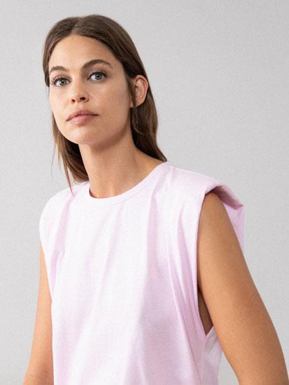 T-shirt com ombreiras