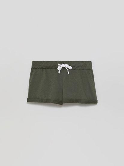 Pantalón curto de felpa básico con dobra.