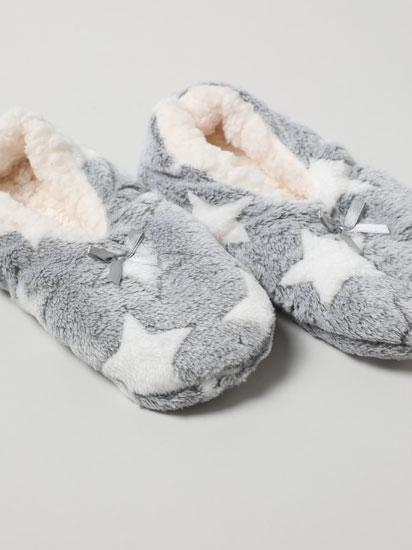 Zapatillas de efecto pelo con estrellas