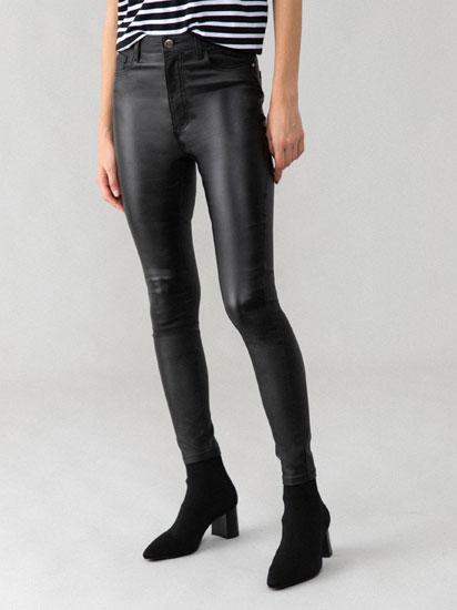 Jeans encerados de cintura subida