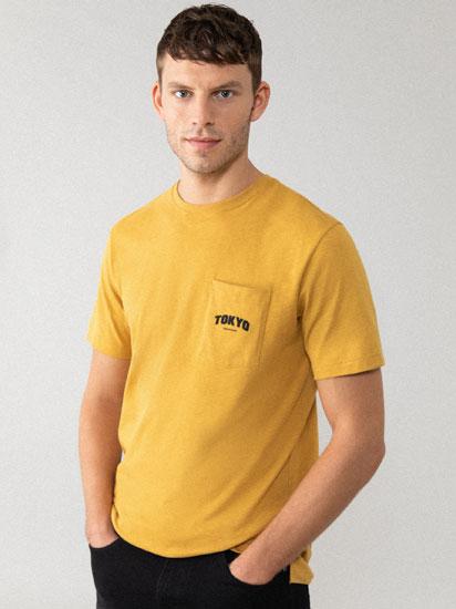 T-shirt com bolso estampada