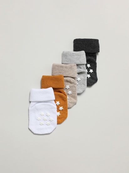 Pack of 5 pairs of socks with non-slip soles.