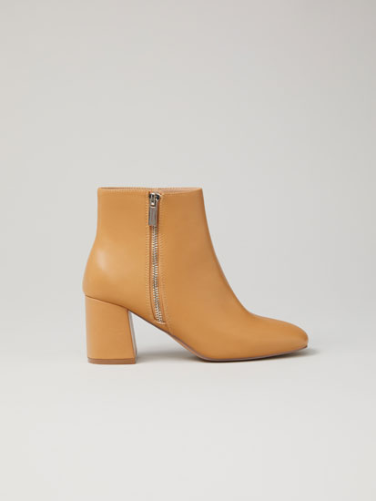 Heeled ankle boots with zip