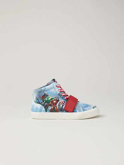 Marvel print basketball shoes