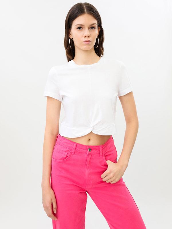 Camiseta cropped con nó