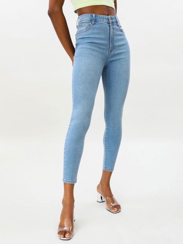 Jeans básicos tiro alto