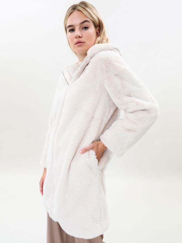 Abrigo de efecto pelo con capucha