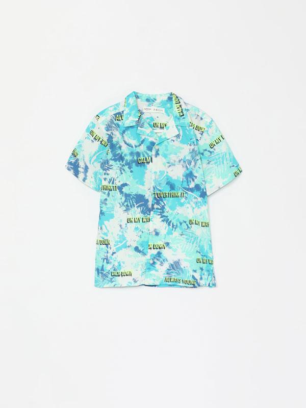 Camisa con estampado tropical de manga corta