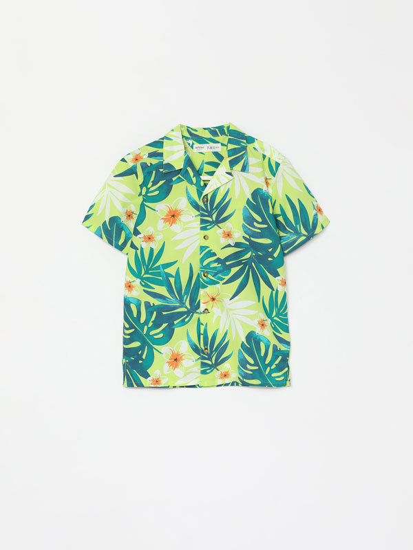 Short sleeve shirt with tropical print.
