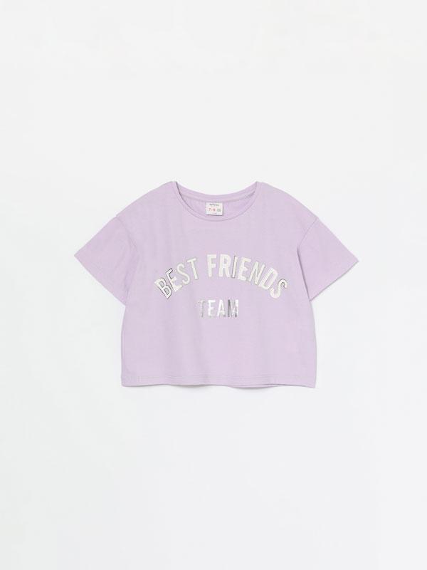 Camiseta crop con texto metalizado
