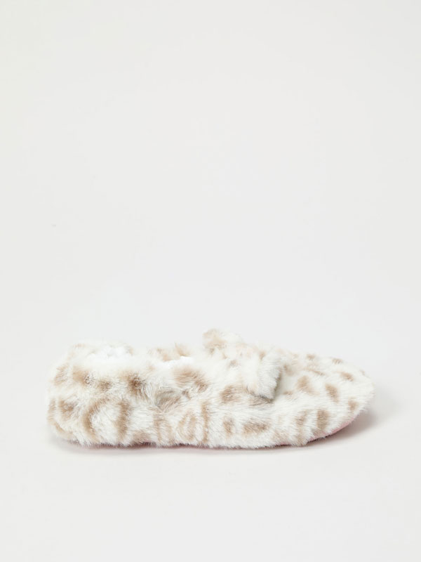 Animal print slippers with faux fur