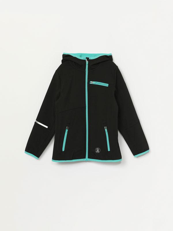 Blusão desportivo de tecido técnico com capuz