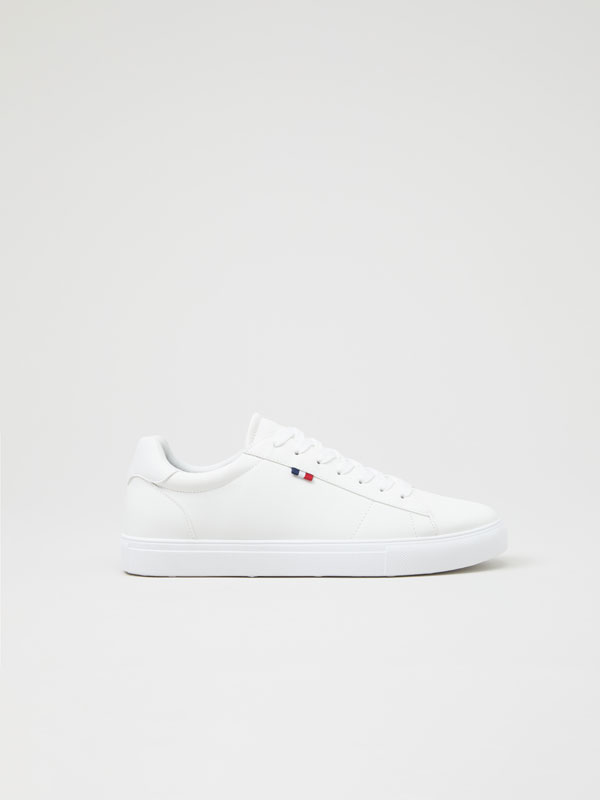 Basic sneakers with flag