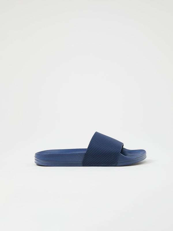 Chinelo minimalista