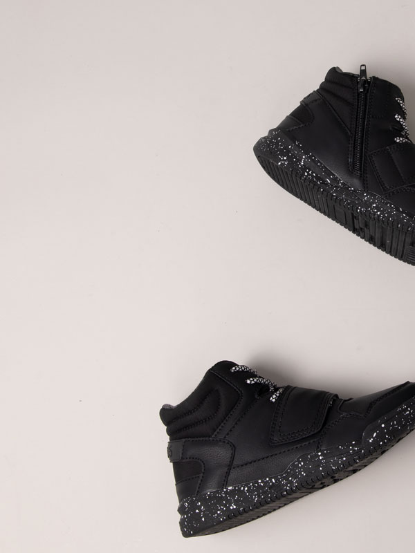 Black wide strap basketball shoes