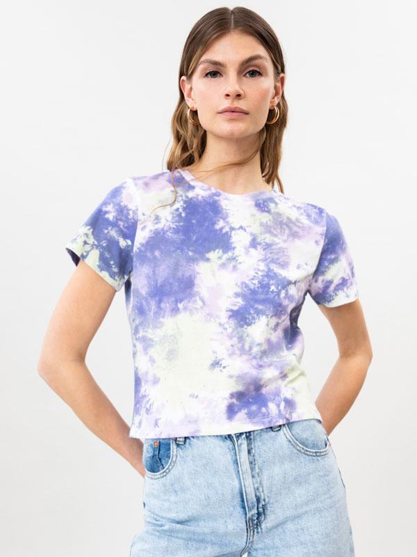 Camiseta cropped con estampado tie dye