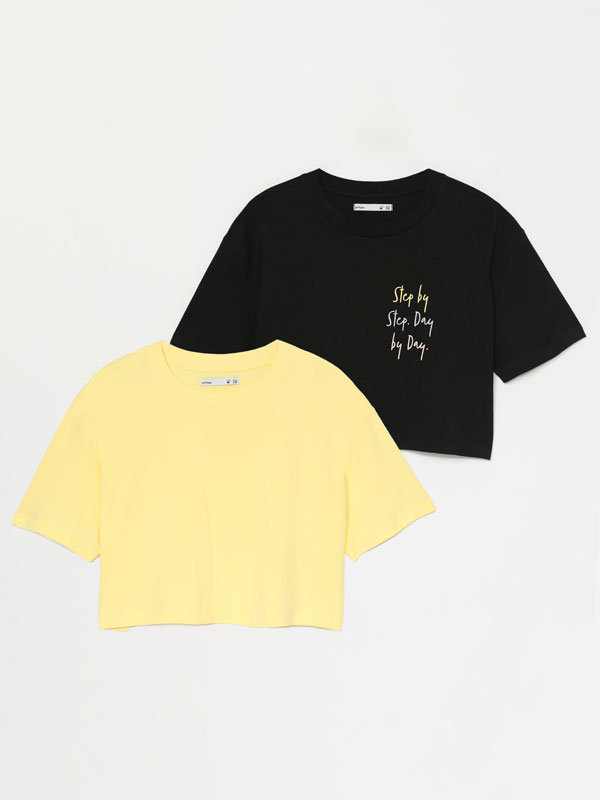 Pack of 2 plain and printed cropped T-shirts.