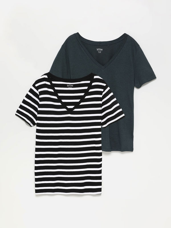2-Pack of plain and printed V-neck T-shirts