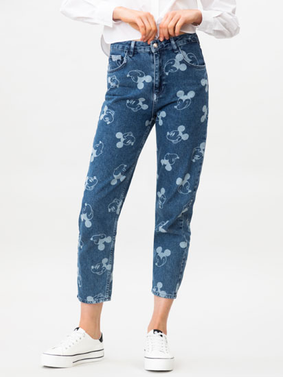 Jeans mom fit com estampado de Mickey ©Disney