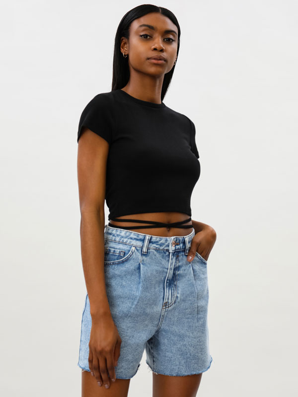 Camiseta crop con abertura en la espalda