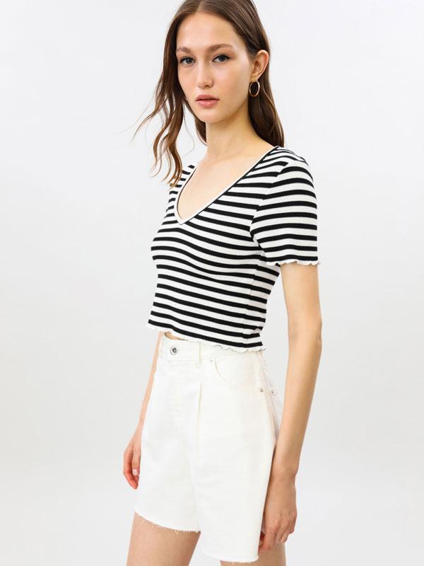 Camiseta crop de cuello pico