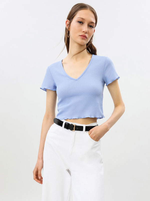 Cropped T-shirt with a V-neck.
