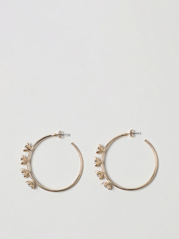 Hoop earrings with floral details
