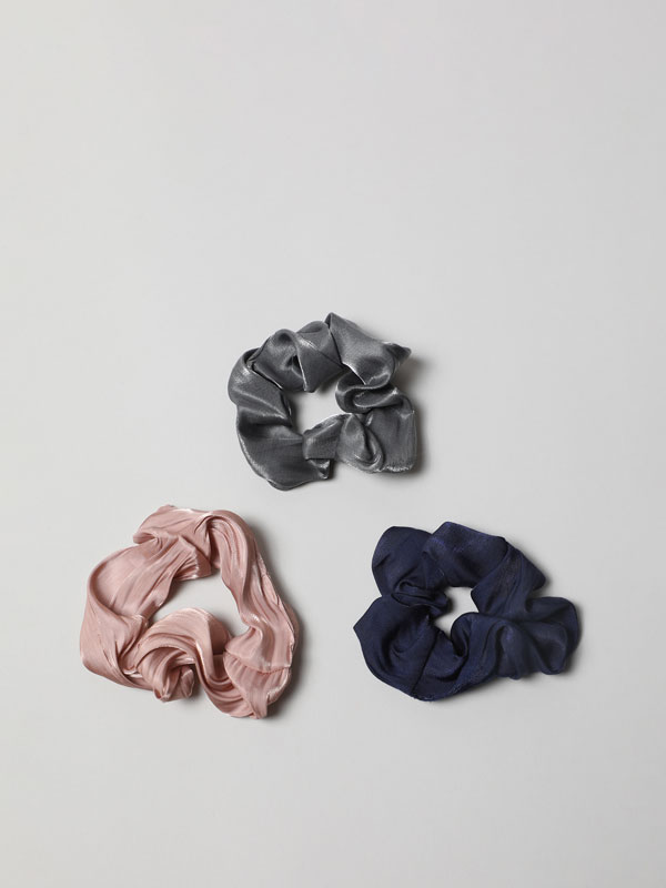 Pack of 3 shiny scrunchies.