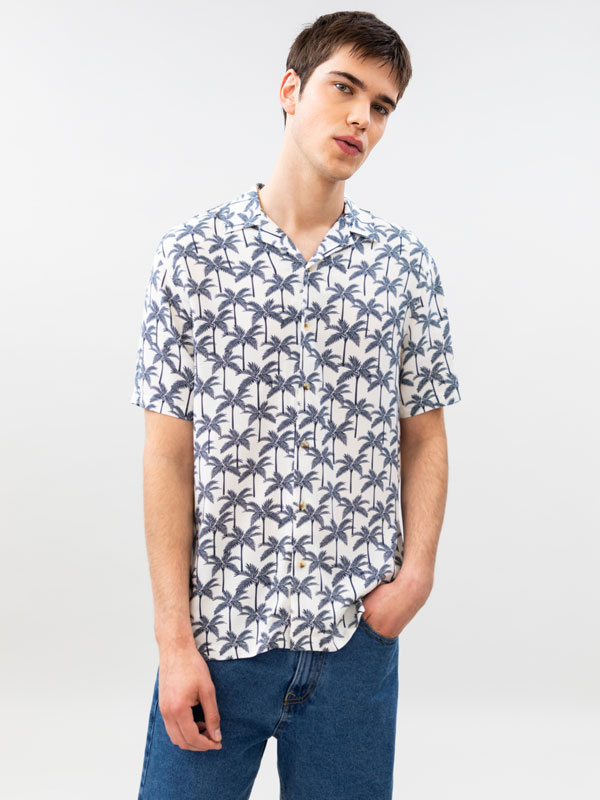 Camisa com estampado de palmeiras