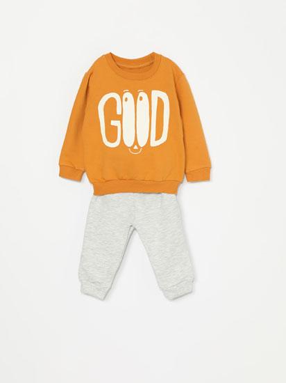 Conjunto básico de sweatshirt e calças