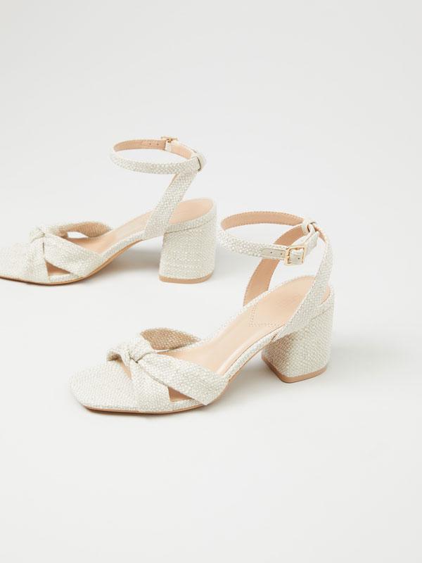 Sandálias de tacão com nó