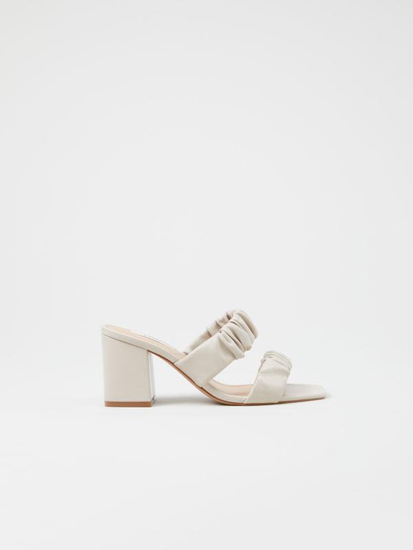 Sandália de tacão com franzidos