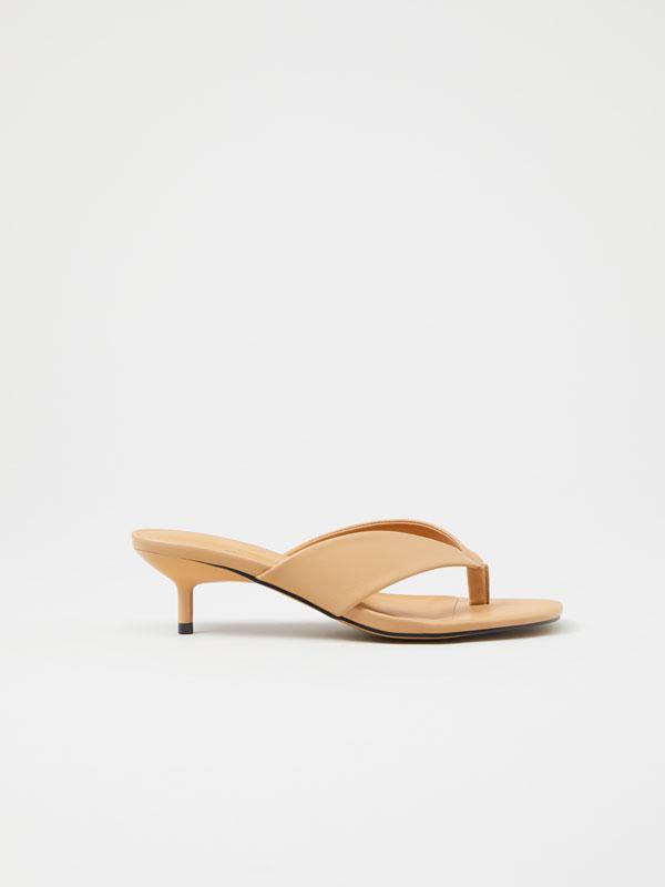 Sandalia acolchada tacón medio