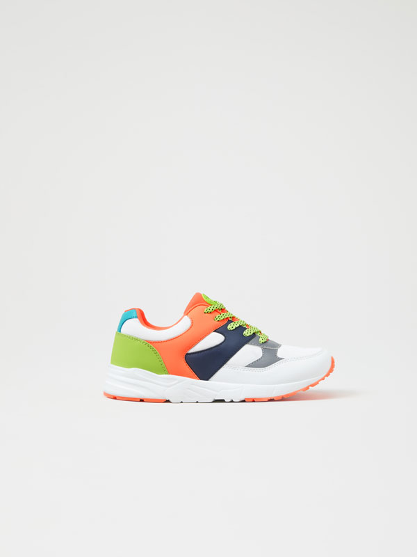 Sneakers with neon pieces