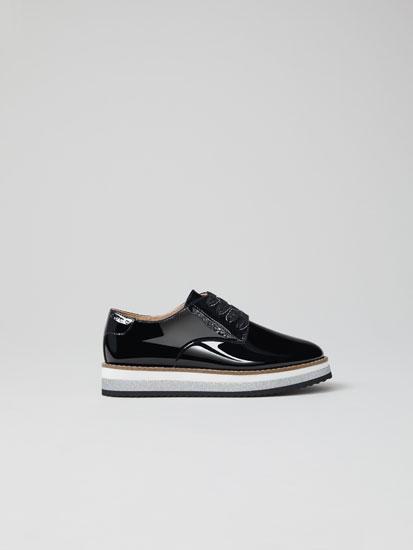 Sapato com acabamento brilhante